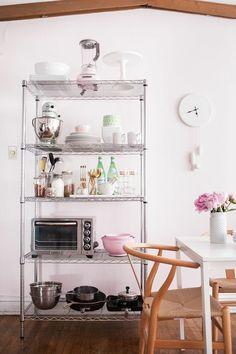 How to Style Wire Shelves for a Living Space & Kitchen // styling by Alaina Kaczmarski // shelving // styling // shelves // #smallspace // storage // kitchen // dining room // organizing // #decor // photography by Jennifer Kathryn | Kitchen Decor