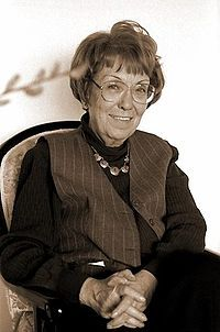 Türkiye'nin ilk haber spikerlerinden Jülide Gülizar-Jülide Gülizar (Göksan) (d. 1929, Adana - ö. 14 Mart 2011, Ankara), TRT'nin ve Türkiye'nin ilk haber spikerlerinden, sunucu, yazar, eğitmen.