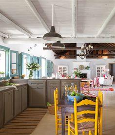 Cocina rústica con office con sillas de enea en amarillo (00386793)