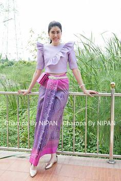 พื้นเมือง Myanmar Traditional Dress, Thai Traditional Dress, Traditional Outfits, Designer Blouse Patterns, Blouse Designs, Simple Dresses, Beautiful Dresses, Myanmar Dress Design, Stylish Blouse Design