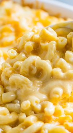 Super Creamy Mac and Cheese -- so delicious and easy to make! The kids are gonna love this!