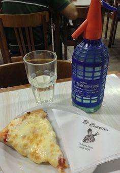 Pizzería El Cuartito. Una porción de muzza y un sifón de soda. Buenos Aires, Argentina.