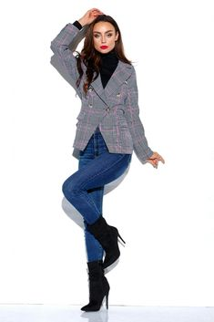 Alege un sacou dama maneca trei sferturi, combina-l cu bluze, topuri vaporoase, rochite sau pantaloni conici si creeaza-ti tinute care sa impresioneze prin stil si eleganta. Smart Casual, Blazer, Blazers