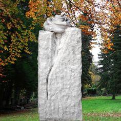 Grabstele für Einzelgrab aus Marmor mit Rose • Qualität & Service direkt vom Bildhauer • Jetzt Grabstein online kaufen bei ▷ Serafinum.de