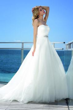 De jurken zijn stijlvol, modieus en origineel. De jurken worden gemaakt van luxe stoffen en hebben een perfecte pasvorm voor elk figuur. Affinity Bridal Gowns is een collectie met betaalbare designers bruidsjurken. Affinity Bridal Gowns is een lijn voor de eigenzinnige bruid. De moderne bruid die het net even anders wil.