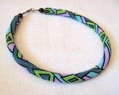 Collier de perles au crochet avec émeraude de motif par lutita