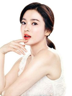 I've fallen in love again — this time with Korean beauty brand Sulwhasoo. I'm far from alone in that respect — it is, after all, one of the best-loved brands overseas. Song Hye Kyo, Korean Beauty Brands, Asian Beauty, Beauty Shoot, Hair Beauty, Asian Celebrities, Gorgeous Makeup, Korean Actresses, Beautiful Asian Girls