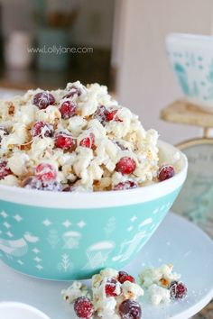 Yummy White Chocolate Cranberry Popcorn recipe, so easy to make. We love this festive holiday dessert, mmm!