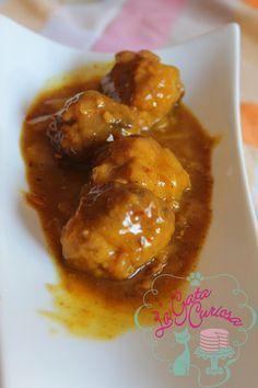 Albondigas en salsa de cebolla y azafrán.