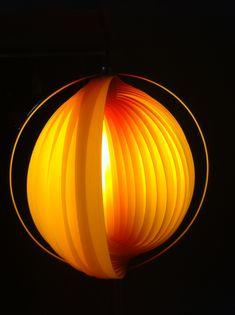 Prachtige oranje stalamp, type 'Moon', waarschijnlijk afkomstig van de hand van Verner Panton (bekend om zijn Panton S-chairs). De lamp is in zeer goede staat en stamt hoogstwaarschijnlijk uit de 60s. Door de in- en uitvouwbare lamellen krijg je een prachtige, warm verlichte 'maan' in de woonkamer. Een musthave voor de designliefhebber! Prijs: vanaf 300 euro.