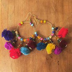 Boucles d'oreilles à pompons colorés style hippie chic