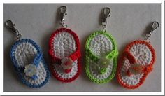 Gratis patroon/Free Pattern These are so sweet. Crochet Shoes, Love Crochet, Crochet Gifts, Crochet Flowers, Knit Crochet, Crochet Keychain, Crochet Earrings, Knitting Patterns, Crochet Patterns