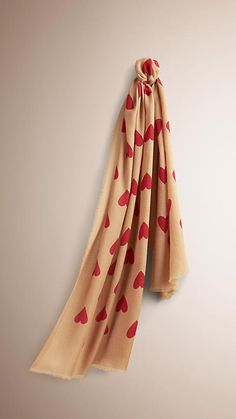 Camel/parade red The Lightweight Cashmere Scarf in Heart Print Camel/parade Red -  1