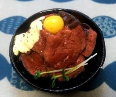 ローストビーフ丼 (限定:お寿司3貫つき)