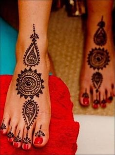 Single Line Mehndi Designs - Round Mehndi Design | A beautiful design for the modern day diva. Add a pair of strappy flats and bling toe rings to complement the contemporary mehndi design and you are all set to catch everyone's fancy. A great design for any and every function.