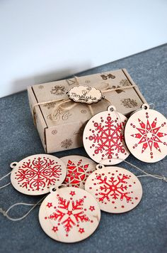 Make custom cards with rewritten sayings and an orniment to pop out as a keepsake - Salvabrani Wooden Christmas Decorations, Wooden Ornaments, Christmas Themes, Christmas Holidays, Xmas, Christmas Ornaments, Graveuse Laser, Laser Art, Laser Cutter Ideas