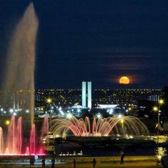 Linda imagem da Fonte Luminosa da Torre de TV em Brasília. Foto: @priscilaseverodefaria