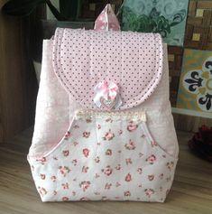 Essa é uma mochila para criança brincar, feita de tecido na cor rosa. Backpack Tutorial, Backpack Pattern, Bag Patterns To Sew, Girls Bags, Cute Bags, Kids Backpacks, Fabric Dolls, Sewing For Kids, Bag Making