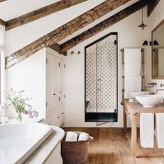 Witte badkamer met veel houten accenten. Wat vind jij ervan?
