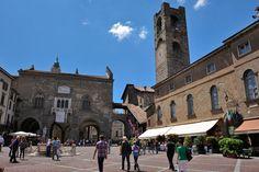 Il Palazzo della Ragione e la torre della città alta (foto Alamy/Milestonemedia)