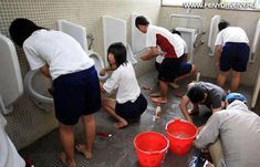 Japanese students cleaning toilets : Read interesting information about japanese people Top News Today, World News Today, Information About Japan, George Mackay, Up Dog, Japanese School, Interesting Information, Interesting Stuff, We Are The World