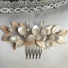 Peineta novia de hojas, pistilos y calas colores nacarados de IbelSaBuMasQTocados en Etsy https://www.etsy.com/es/listing/271440992/peineta-novia-de-hojas-pistilos-y-calas