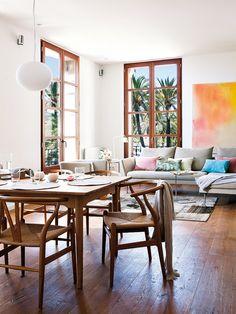 una buena forma de mezclar la sala y el comedor...me encantael sillon!