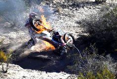 Português se desespera com moto  em chamas no Dakar: 'Desolado'