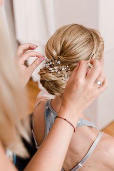 Ein Knoten im Nacken, den ich sauber aber dennoch leicht verspielt gesteckt habe. Durch den Haarschmuck wirkt die Brautfrisur klassischer.  Foto: veronikaannafotografie Braut Make-up, Cassie, Bobby Pins, Hair Accessories, Beauty, Fashion, Hairdo Wedding, Hair Jewelry, Braided Hairstyles
