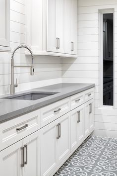 White Cabinets White Countertops, Quartz Kitchen Countertops, White Kitchen Cabinets, Kitchen Redo, New Kitchen, Kitchen Remodel, Room Kitchen, Granite, Texas Kitchen