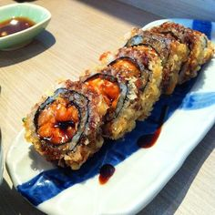 17 loved it, 24 want it Crunchy Roll Sushi, Deep Fried Sushi, Sushi Roll Recipes, Japanese Food Sushi, Onigirazu, Sushi Party, Food Goals, Aesthetic Food, Food Cravings