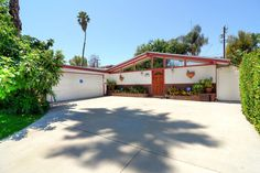 Corbin Palms, 1954 Palmer & Krisel-designed home built by the Alexander Construction Company, Woodland Hills, CA Woodland Hills, Mid Century House, Modern Exterior, Midcentury Modern, Building A House, House Design, Palms, Architecture, Outdoor Decor