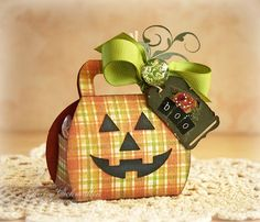 sweet little Halloween treat box - perfect for a gift card Dulceros Halloween, Halloween Treat Boxes, Halloween Paper Crafts, Adornos Halloween, Halloween Projects, Halloween Cards, Holidays Halloween, Halloween Treats, Halloween Items