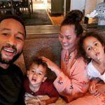 Κολοκυθοανθοί γεμιστοί με φέτα - www.olivemagazine.gr Happy Family Photos, John Legend, Make New Friends, Photo Look, Family Portraits, Cuddling, Singer, Couple Photos, Celebrity