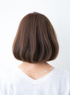 大人可愛い前髪なしボブスタイル。大人の女性から最も人気のある形です!!重めベースのボブスタイルにパーマをかけカジュアルなイメージにしてあります。前髪を長めに残し顔周りで自然に落ちることで、小顔効果のある顔周りのイメージにしてくれます!顔周りを気にされてる方には、オススメです!!!