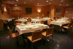 Hotel Silken Ciudad Gijón. En un espacio diáfano y luminoso, se encuentra el restaurante Gala. El restaurante, decorado con un estilo moderno y con un cómodo mobiliario que permite alargar la sobremesa, tiene capacidad para 55 comensales y ofrece un menú diario y una apetitosa carta que combina recetas de la rica gastronomía local con platos de corte más actual. http://www.hoteles-silken.com/hoteles/ciudad-gijon/restaurantes/