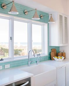 Dream Beach House Tour - Zweiter Tag (House of Turquoise) - Hausmodell House Design, New Homes, Beach House Kitchens, Beach House Tour, Dream Beach Houses, Home, Beach House Interior, House Design Kitchen, Beach Kitchens