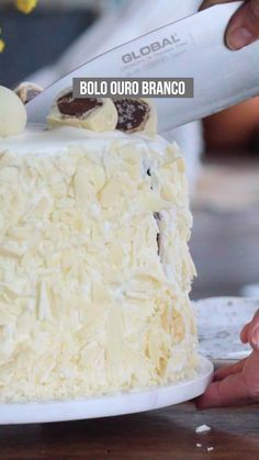 Receita de bolo de chocolate com ouro branco - super cremoso e com um toque de crocância dos bombons. Sweet Recipes, Cake Recipes, Dessert Recipes, Easy Chocolate Fudge, Bolo Chocolate, White Velvet Cakes, Buttermilk Cake Recipe, Salty Cake, Moist Cakes