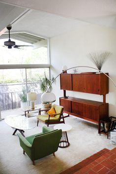 Salon vintage jusqu'au bout des meubles.