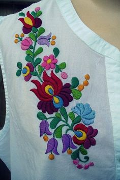 Want to try with silk threads Hand Embroidery Design Patterns, Kurti Embroidery Design, Hand Embroidery Dress, Hand Embroidery Videos, Mexican Embroidery, Embroidery Stitches Tutorial, Hungarian Embroidery, Embroidery Flowers Pattern, Embroidery Fashion