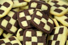 Ein tolles Schwarz-Weiß-Gebäck ist in der Weihnachtszeit sehr beliebt. Das Keks-Rezept mit Schachbrettmuster ist nebenbei auch ein toller Eyecatcher.