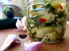 Zucchine sott'olio senza cottura - Cucinare chiacchierando Romanian Food, Guacamole Recipe, Fresh Rolls, Pesto, Cooking Tips, Cucumber, Zucchini, Side Dishes, Food Porn