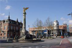 Ik woon in Den Bosch. Op de foto zie je het station van Den Bosch en het plein voor het station. Op het plein staat de Goude Draak, een bekende plek in Den Bosch. (Internet)