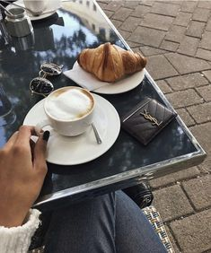 Coffee drags us through the long days. The coffee at the office isn't the same as the coffees in a coffee shop. This are our top 5 coffee shops in Europe. Best Coffee Shop, Coffee Love, Coffee Break, Coffee Cups, Coffee Art, Hard Working Women, Working Woman, Coffee Shop Aesthetic, Coffee Pictures