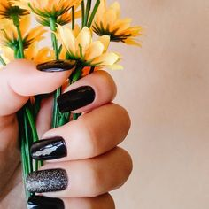 Sometimes something just speaks for the crisp, deliciously fresh look of black and white. And in our humble opinion, it is particularly noticeable when it is layered on the nails in the darker autumn and winter months. Oh, and did we mention that it's the epitome of the combo for Halloween? But TBH, black and white tips are appropriate all year round. Elegant Nail Designs, Black Nail Designs, Elegant Nails, Acrylic Nail Designs, Acrylic Nails, Black Nails, White Nails, Statement Nail, Dark Autumn
