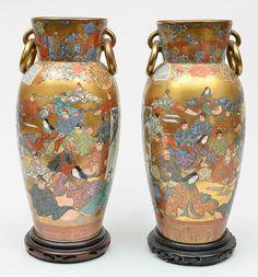 Par de vasos em porcelana japonesa, estilo Satzuma, decorada com figuras, flores e folhas sobre fun