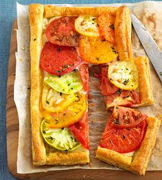 Make this fresh tomato and cheese recipe as an appetizer or side dish to serve at summer cookouts. Tart Recipes, Appetizer Recipes, Cooking Recipes, Healthy Recipes, Appetizers, Quiche, Great Recipes, Favorite Recipes, Good Food