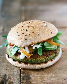 Erbsen-Falafel Burger mit Ruccolasalat, Gurke, Tomaten-Zwiebel-Chutney und einer Cashewcreme.