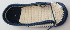 Kostenlose Häkelanleitung Sneaker für Männer Gr. 43-48 Crochet Shoes Pattern, Shoe Pattern, Crochet Slippers, Crochet Lace, Free Crochet, Crochet Patterns, Crochet Hook Sizes, Crochet Hooks, Socks And Sandals