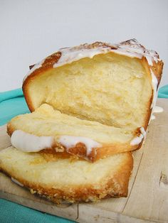 Lemon-scented Pull-Apart Bread from the Whimsical Cupcake. I want to make this and eat this! Right now!
